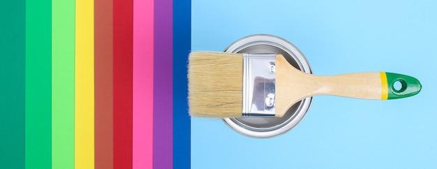 Abra latas de tinta esmaltada em amostras de paleta de cores