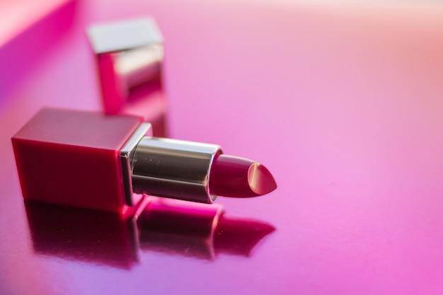 Abra o batom rosa para maquiagem, textura. cosmético decorativo, lábios.