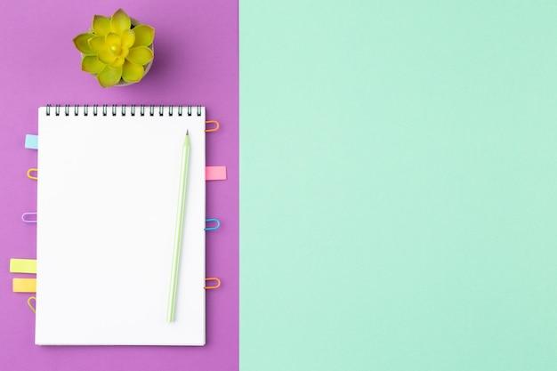 Abra o bloco de notas com lápis e plante no vaso