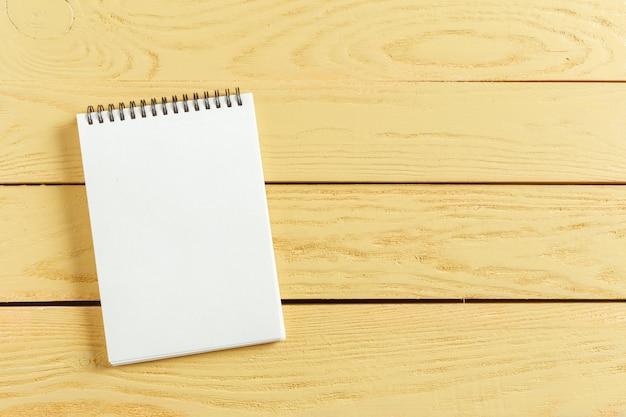 Abra o bloco de notas em madeira