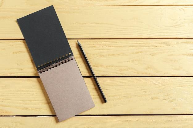 Abra o bloco de notas na madeira com copyspace