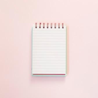 Abra o bloco de notas para texto sobre fundo rosa