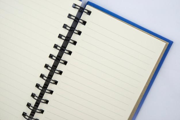 Abra o caderno com as páginas alinhadas brancas isoladas no fundo branco.