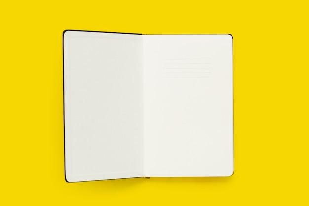 Abra o caderno em fundo amarelo. vista do topo