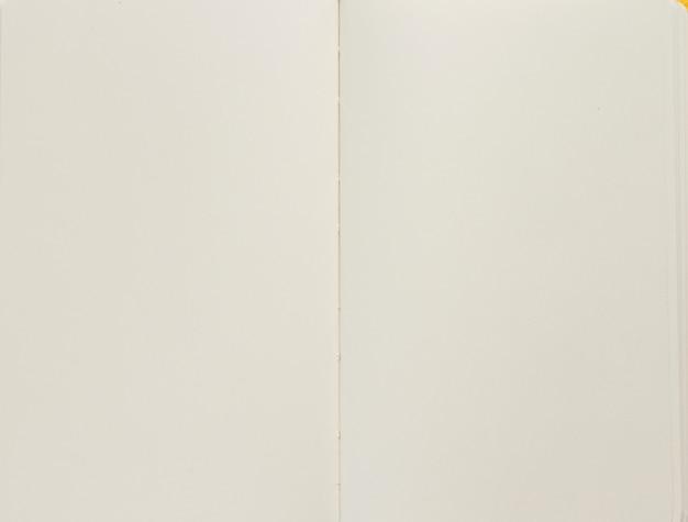 Abra o caderno vazio com as páginas vazias como textura de fundo, vista superior