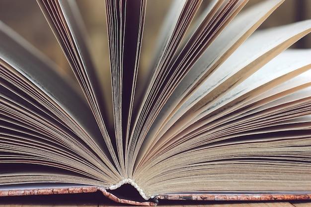 Abra o close up do livro em uma tabela de madeira.