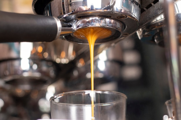 Abra o close-up do suporte na máquina de café. cozinhar expresso. cafeteria