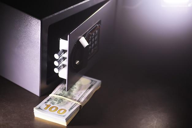 Abra o cofre em uma casa rica. cofre no quarto de hotel. conceito de armazenamento seguro de dinheiro e documentos