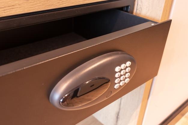 Abra o cofre vazio no quarto do hotel ou na gaveta do cofre em casa com um moderno armário eletrônico e botões