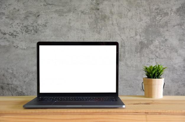 Abra o laptop na mesa de escritório. vista frontal com espaço de cópia