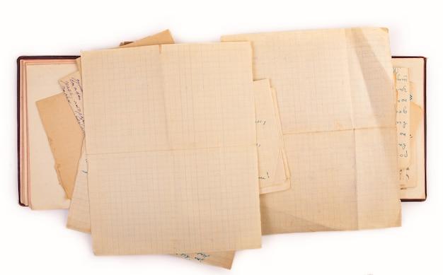 Abra o livro antigo com cópia espaço isolado no fundo branco.
