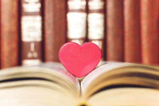 Abra o livro com coração de coral