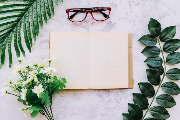 Abra o livro com folhas e flores