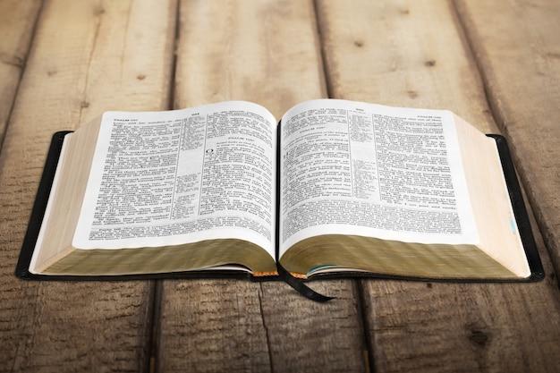 Abra o livro da bíblia sagrada, vista de perto