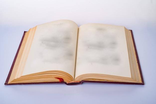 Abra o livro em branco com páginas de papel branco