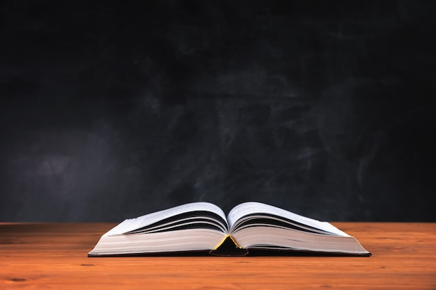 Abra o livro grande na mesa da árvore