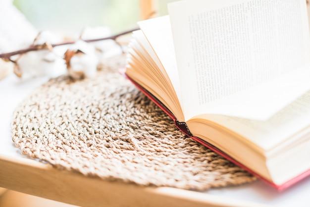 Abra o livro na montanha de vime
