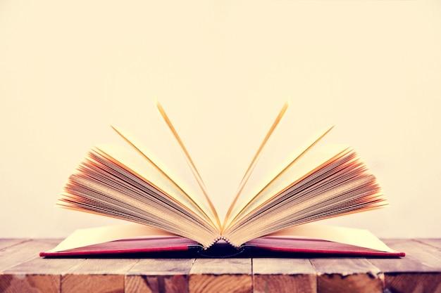Abra o livro.