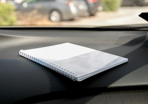 Abra o notebook com páginas em branco, vazias e transparentes no fundo preto