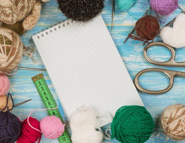 Abra o notebook e defina para bordar em uma mesa de madeira azul.