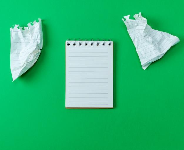 Abra o pequeno caderno em branco com folhas brancas
