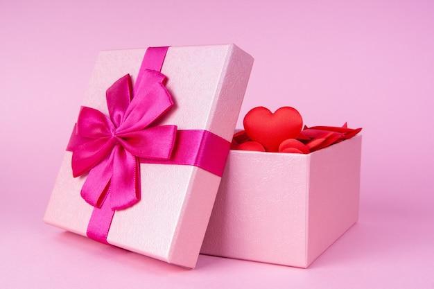 Abra o presente com coração dentro com lugar para texto, conceito de dia dos namorados, aniversário e romance.