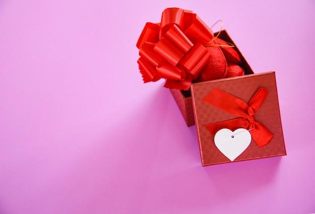 Abra o presente vermelho da caixa de presente da surpresa do dia de valentim da caixa de presente para o amante