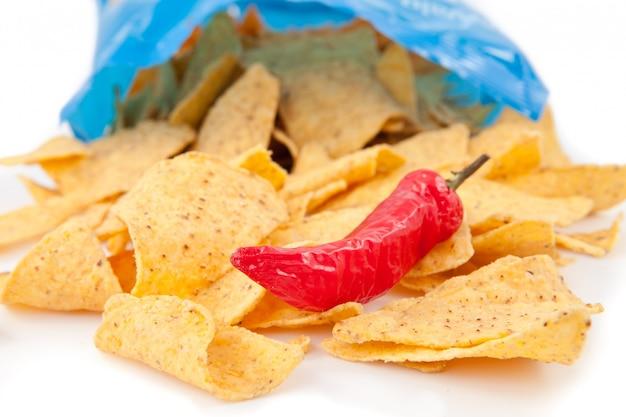 Abra o saco de batatas fritas com um pimento vermelho