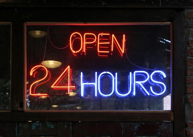 Abra o sinal de néon de 24 horas em um restaurante