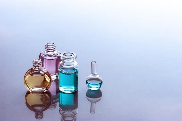 Abra óleos aromáticos em garrafas com reflexos
