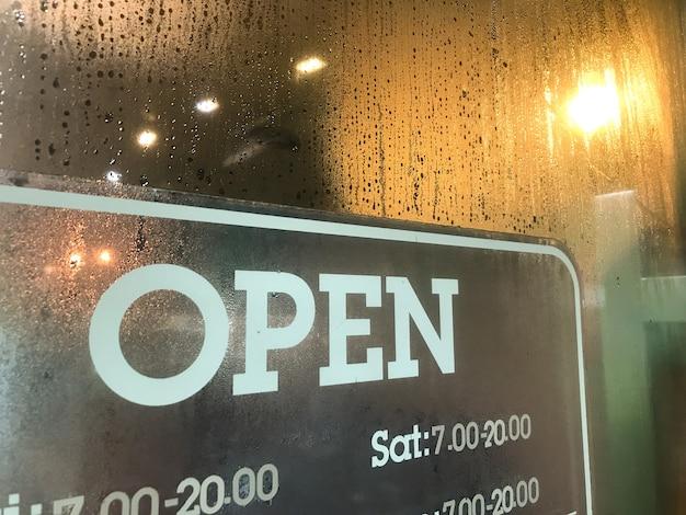 Abra um café ou restaurante pendurado na porta na entrada