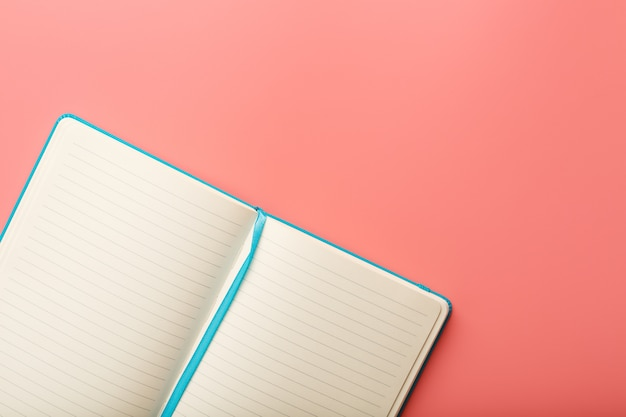 Abra um laptop com páginas em branco. vista superior, espaço de cópia