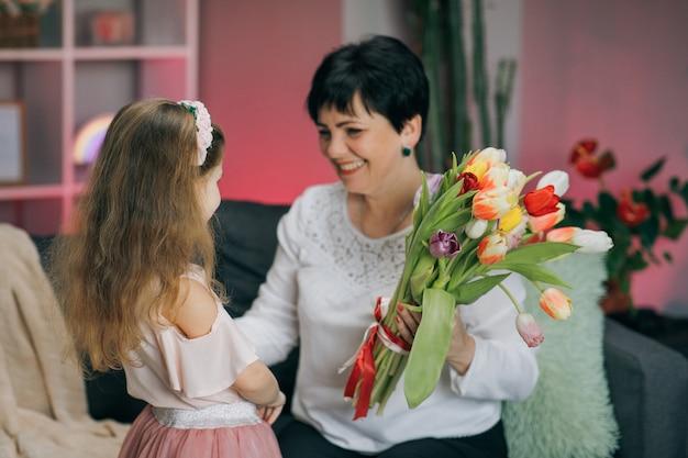Abraçando a família feliz. feliz dia das mães. filha parabeniza sua mãe no dia das mães