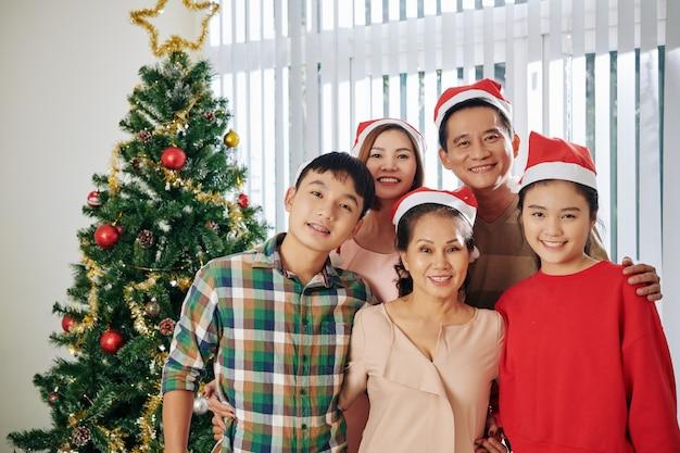 Abraçando a família no natal