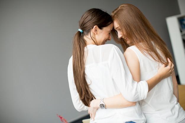 Abraçando amigos