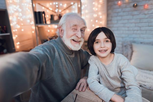 Abraçando avô e neto fazendo selfie