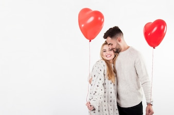 Abraçando casal com balões