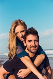 Abraçando casal na praia