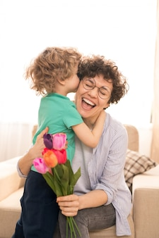 Abraçando e beijando a mãe