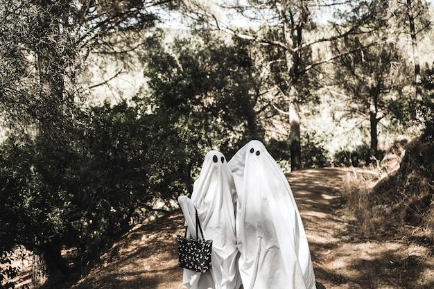 Abraçando fantasmas em pé no parque