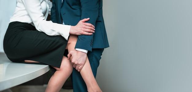 Abraçando homem e mulher. algumas pessoas irreconhecíveis. caso apaixonado no local de trabalho do escritório.