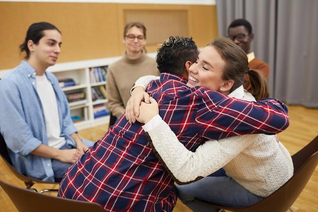 Abraçando no grupo de apoio