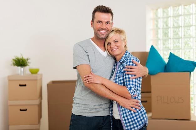 Abraçando o casal durante a mudança para casa