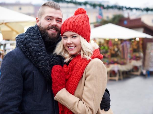 Abraçando o casal na praça do mercado