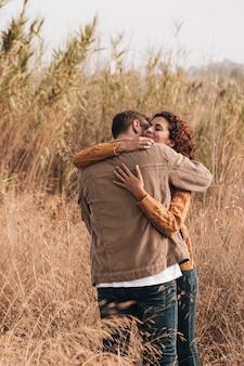 Abraçando o casal no campo de trigo