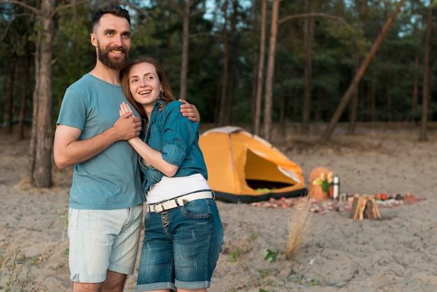 Abraçando o casal olhando para longe