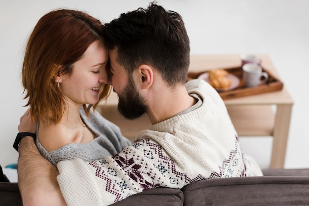 Abraçando o casal por trás da vista