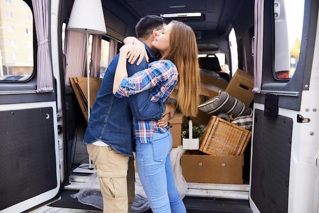 Abraçando o casal se mudar para o novo lar
