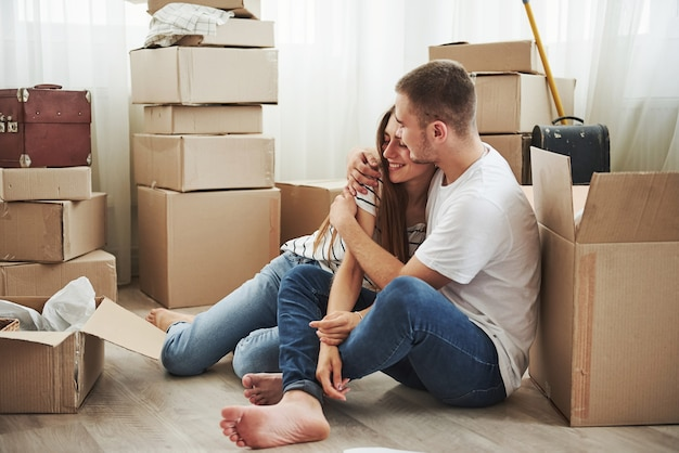 Abraçando-se. casal jovem alegre em seu novo apartamento. concepção de movimento.