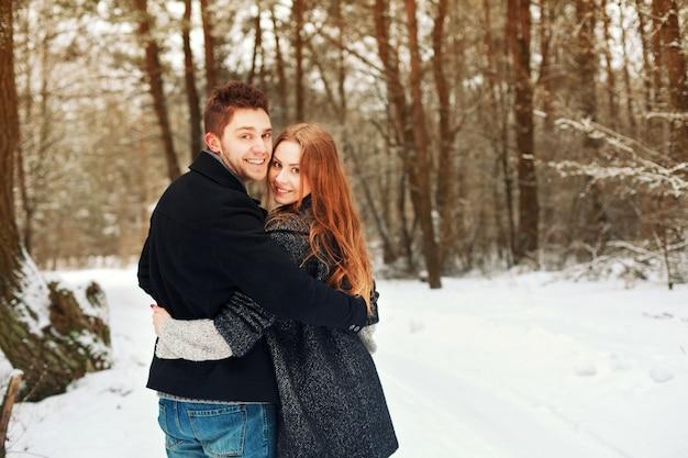 Abraçar casal feliz depois de um dia ao ar livre